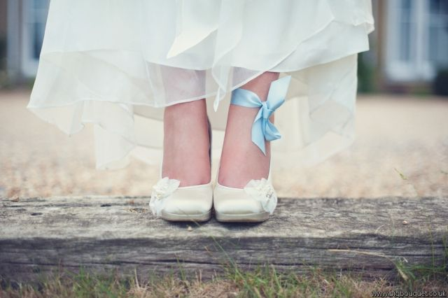Blue ribbon on the bride's foot